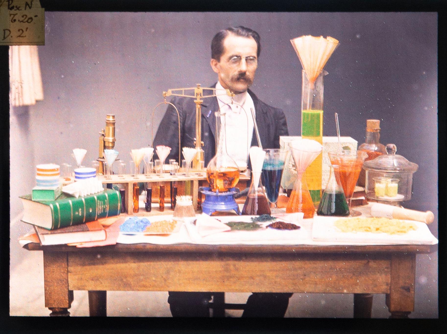 Portrait entouré d'instruments de laboratoire de chimie,, plaque autochrome